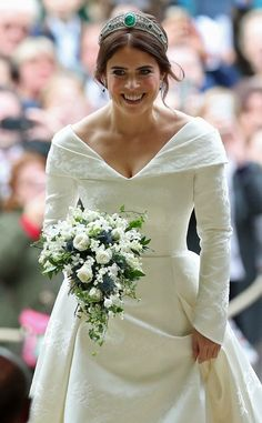 Princess Eugenie Photos - Princess Eugenie arrives for her wedding to Jack Brooksbank at St George's Chapel in Windsor Castle on October 2018 in Windsor, England. - Princess Eugenie Of York Marries Mr. Royal Wedding Gowns, Wedding Tiaras, Royal Weddings, Princess Wedding, Princess Beatrice Wedding, Diana Wedding Dress, Meghan Markle Wedding Dress, Princesa Eugenie, Princess Eugenie Jack Brooksbank