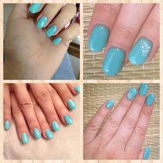 Ongles en gels bleu turquoise avec strass ou foral