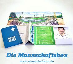 """Ja, wir spielen in der 1. Bundesliga!…  So beginnt das Vorwort der""""Mannschaftsbox"""" für den Fußballverein Darmstadt SV 98: 27gezeichnete Spieler-Portraits in einer feinsinnigen Verpackung. Mit unserer Liebe zu Stift, Papier und Fußball haben wir eine ganz eigene Würdigung des blau-weißen Wunders von Darmstadt geschaffen."""