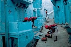 Jodhpur or 'Blue City' (India). Why the population of the fortress city took to painting their houses in various shades of blue is not completely certain. Yet most believe it's to do with the prevailing caste system in India. Picture by Steve McCurry. Steve Mccurry, Jodhpur, Cinque Terre, Trinidad, Taj Mahal, Les Philippines, Fotografia Macro, Blue City, Himmelblau