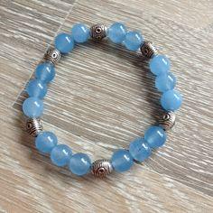 Armband van 8mm luchtblauw agaat met metalen sierkralen. Van JuudsBoetiek, €6,50. Te bestellen op www.juudsboetiek.nl.