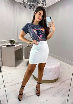 15 looks para quem ama t-shirt - Guita Moda Bota Over, Ideias Fashion, Women's Fashion, Skirts, T Shirt, Denim Overalls Outfit, Black Outfits, Suits, Fashion Women