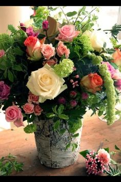 Roses Verbena Flor, Flowers In A Vase, Cut Flowers, Fresh Flowers, Spring Flowers, Beautiful Flowers, Simply Beautiful, Country Flower Arrangements, Rose Arrangements