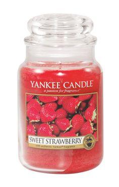 L'essence de fraises parfaitement mûres saupoudrées de sucre. http://www.ma-deco-interieure.fr/nos-produits/toutes-les-marques-representees-par-ma-deco-interieure-presse-citron-ichendorf-hurbz-serax-iosis/yankee-candles/decoration/1825-fraise-sucrees