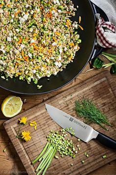 Insalata di farro con talli d'aglio, zucchine e pinoli * Spelt salad with garlic shoots, zucchini and pine nuts