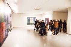 Geometrik seriler halinde kurgulanmış soyut resimlerindeki ayrıntılı dokular, mimari yapıları matematiksel modellerle yorumlarken, oradaki yaşam deneyiminin bir izdüşümünü çıkarıyor. #artfulliving #sergi #exhibition #contemporaryart #secilerel #zilberman #galeri