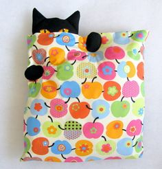 DIY Craft Projects added a new photo — with Shailja Singh and Gladys Elizabeth Paez. Kids Pillows, Animal Pillows, Throw Pillows, Cat Crafts, Crafts To Make, Diy Craft Projects, Sewing Projects, Fabric Crafts, Sewing Crafts