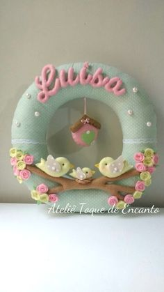 Guirlanda de Feltro - Pássaros Ideal para decorar a porta da maternidade e d. Felt Crafts Diy, Wreath Crafts, Felt Diy, Paper Crafts, Baby Door Decorations, Baby Room Decor, Wall Decor, Bear Felt, Felt Patterns