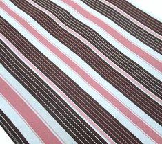 ペキン  等間隔のたて縞織物で、ペキンはこの縞柄の名称(ペキンストライプともいう)でもある。  縞の出し方は色による縮み、組織の違いによる縞などがあるが、一般的にはサテンとベルベットで縞を表わすものをいう場合が多い。  もともとは綿織物であるが、各種の繊維を使ったものがある。北京で産したためにこの名がある。  #アパレル #ファッション #ファッション用語 #wiki #生地 #織物 #織布 #マテリアル #テキスタイル #apparel #fashion #material #textile #fabric #woven
