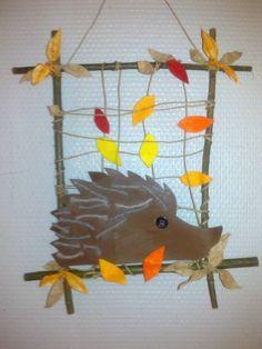 Leuk: knutselen thuis in de herfst. Egel van de jongste in een creatie van de…