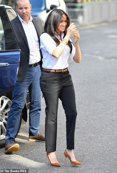 Meghan Markle Style – Best Looks of Her! Estilo Meghan Markle, Meghan Markle Style, Royal Fashion, New Fashion, Work Fashion, Fashion News, Effortlessly Chic Outfits, Interview Coaching, Smart Set