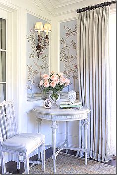 Wallpaper, window treatments, sconce and French furniture - what's not to love? Passion Decor, Beautiful Wall, Beautiful Homes, Family Room Design, French Furniture, Of Wallpaper, Chinoiserie Wallpaper, New Wall, Traditional Design