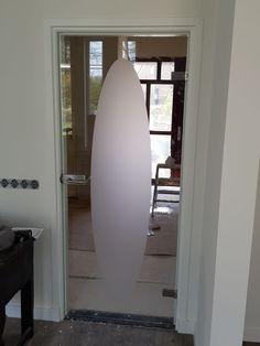 Glazen deuren of schuifdeuren hebben een luxe uitstraling en zijn zeer decoratief. Informeer bij Jongbloed & Zn naar de mogelijkheden! Surfboard, Display Cases, Lush, Mirror, Glass