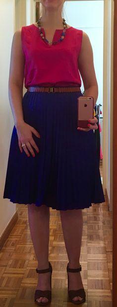 Outfit de verano. Combinación de colores, azul y fucsia. Falta plisada de seda, blusa de seda. Accesorio azul que armoniza con la falda. Cinturón y sandalias combinadas. Cuerpo tipo pera.