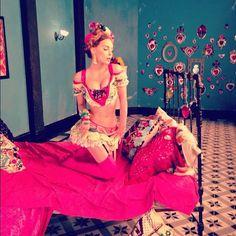 Frida Kahlo-Inspired Music Video: Mexican Pop Star Belinda Invokes Icon For 'En La Obscuridad' (PHOTOS)