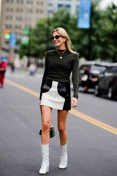 The Best Street Style at New York Fashion Week Spring 2019 Tyler Joe captures every chic strut on the streets of New York and Brooklyn during fashion week. New York Street Style, Street Style Blog, Street Style Trends, Casual Street Style, Street Styles, Fashion Tips For Women, Womens Fashion, Straight Cut Jeans, Street Outfit