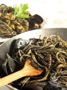 Gli Spaghetti piccanti alle cozze e nero di seppia sono una ricetta davvero appetitosa e profumata, che porta in tavola tutte le fragranze del mare! #spaghetticozze #spaghettinerodiseppia