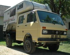 It appears to be some kind of adventure camper, and at first glance it looks like it is sitting on a Syncro truck. Vw Lt Camper, Vw Transporter Camper, Camper Caravan, Off Road Camper, Truck Camper, Camper Trailers, Camper Van, T3 Doka, Vw Syncro