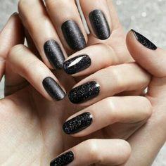A fekete csillámos körömlakk fényes és matt felszínnel is igazán remekül mutat. #nail #fashion
