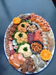 Hij is weer lekker Sushi Platter, Seafood Platter, Dutch Recipes, Fish Recipes, Tapas, Party Sandwiches, Xmas Food, Cold Meals, Appetizers For Party