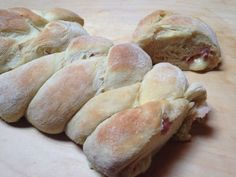 Il treccione farcito è un sofficissimo pane lievitato naturalmente e farcito con prosciutto e formaggio