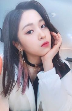 ITZY (있지) is JYP's new girl group. The members consist of Yeji, Lia, Ryujin, Chaeryeong and Yuna. Close Up, Korean Princess, Girl Wallpaper, Wallpaper Backgrounds, Wallpapers, New Girl, Korean Girl Groups, Girl Crushes, Kpop Girls