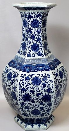 BLUE AND WHITE PORCELAIN VASE 18th Century. H: 21""