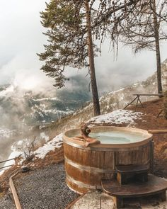 sauna hot tub Awesome Wooden Hot Tub to Beautify Your Backyard Spa Design, Rustic Hot Tubs, Outdoor Tub, Outdoor Camping, Earth Homes, Cabins In The Woods, Heaven On Earth, Luxury Homes, Adventure