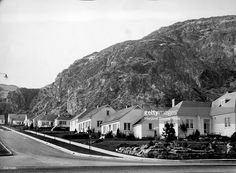 Street lined w. homes of the engineers of the Grand Coulee Dam. Get premium, high resolution news photos at Getty Images Grand Coulee Dam, Mason City, Still Image, Engineering, History, Street, Homes, Historia, Houses