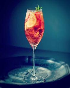 MARTINI Z TONIKIEM - BUSZUJĄCA W KUCHNI Aperol Drinks, Alcoholic Drinks, Cocktails, Martini, Limoncello, Party Drinks, Cake Recipes, Wine, Cooking