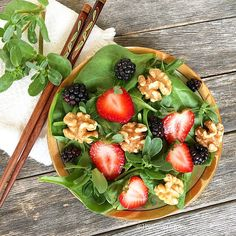 Salad with baby spinach, purslane, strawberries, blackberries and walnut halves