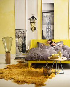 Woonkamer met gele muur en donker houten vloer | Vloeren | Pinterest