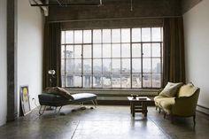 """Il+semblerait+qu'Ivonne+Casas+est+posée+ses+meubles+dans+cet+espace+industriel+à+l'aspect+délabré,+donnant+à+son+intérieur+un+esprit+minimaliste+dépouillé+dans+la+digne+ligne+du+style+""""Raw+luxe"""".+En+fait,+il+n'en+est+rien,+comme+souvent,+et…"""
