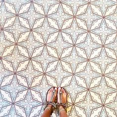 """The """"selfeet"""" is a thing and it's actually pretty - Culture Designers® Floor Patterns, Tile Patterns, Textures Patterns, Geometric Patterns, Floor Design, Tile Design, Floor Rugs, Tile Floor, Best Flooring"""