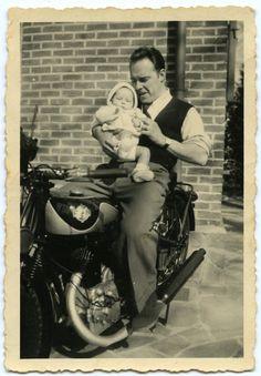 Vervaardigingsdatum: 1945 - 1950  Achiel De Corte en zijn dochter Daisy. Achiel was overeengekomen met zijn echtgenote dat wanneer hun kind geboren werd, hij zich een motorfiets mocht aanschaffen. Het werd er een van het Belgische FN.