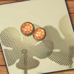 bronze-colored stud earrings - orange white flowers - handmade by Mad In Belgium (www.mad-in-belgium.com)
