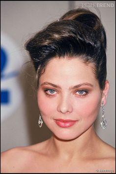 7 ans plus tard le 8 mars 1987, Ornella Muti n'a pas changé d'un pouce lorsqu'elle arrive à la cérémonie des Césars à Paris. Ornella Muti, Teresa Wright, She's A Lady, Olivia De Havilland, Laetitia Casta, Woman Movie, Italian Actress, Italian Beauty, Catherine Deneuve