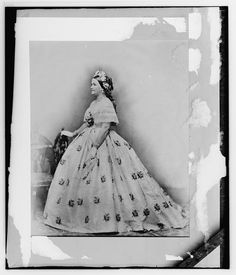 First Lady Mary Todd Lincoln, wife of President Abraham Lincoln wearing the Tiffany seed pearl jewelry suite. Photograph taken at the Washington studio of Mathew Brady. Abraham Lincoln, Mary Todd Lincoln, Lincoln Life, Lincoln Quotes, American Civil War, American History, American Presidents, Historical Clothing, Historical Photos
