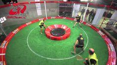 ¿Qué es el 360ball? El objetivo de este juego es meter la pelota en el pitch que se encuentra en el centro, debe hacerse con tan solo dos toques y haciendo uso de una raqueta que es un poco más pequeña que la que se emplea para jugar tenis y que resulta bastante similar a la que se usa para jugar squash. #360ball.