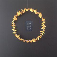 Se mettre dans l'ambiance de Noël. Aujourd'hui, je vous propose une idée toute simple de couronne de Noël à réaliser soi-même, avec seulement du fil de fer et une guirlande • Envol OR • ✨⭐️(guirlande et carte disponibles sur shop.mi-avril.com) #miavril #decorationdepapier #guirlande #envol #or #decorationdenoel #faitmain #couronne #papier #carte #happynewyear #garland #paper #gold #handmade #christmas #madeinfrance