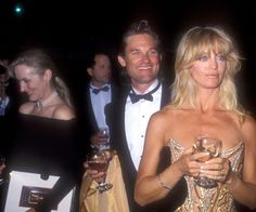 Pin for Later: Revisit Iconic Oscars Moments From the Past! Kurt Russell and Goldie Hawn held onto their wine with Meryl Streep right behind in Goldie won in 1989 for her role in Cactus Flower. Hollywood Icons, Hollywood Walk Of Fame, Goldie Hawn Movies, Jet Legged, Goldie Hawn Kurt Russell, Best Actress Award, Big Kiss, Meryl Streep, Celebs