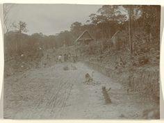 anoniem | Aanleg spoorweg in Suriname, attributed to Jacob Evert Wesenhagen, 1905 - 1910 | Grondwerk bij de aanleg Lawaspoorweg in Suriname in de jaren 1903-1912, bij km 173, richting Kabelstation-Dam. Onderdeel van een groep objecten afkomstig van de familie Wesenhagen in Suriname.