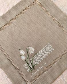 Küçük parçalarımızı da şöyle bir kenara bırakıp son parça tepsi örtümüze başlayalım🦋 White Embroidery, Hand Embroidery, Designer Bed Sheets, Cross Stitch Boards, Cute Drawings, Blackwork, Cross Stitch Patterns, Bargello, Knitting
