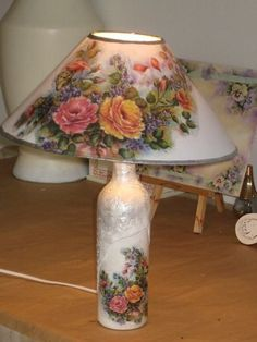 looking at the picture, you should be able to figure out how to do this great lamp . and in any decor style!Just looking at the picture, you should be able to figure out how to do this great lamp . and in any decor style! Decoupage Lamp, Wine Bottle Art, Handmade Lamps, Altered Bottles, Crackle Glass, Bottle Painting, Bottles And Jars, Bottle Crafts, Lampshades