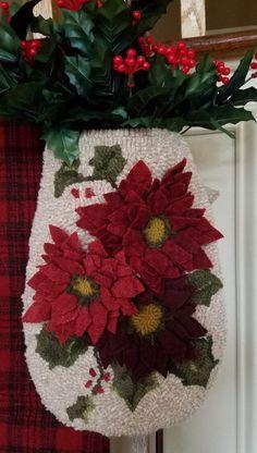 Rug Hooking Designs, Rug Hooking Patterns, Christmas Rugs, Christmas Time, Christmas Stuff, Christmas Ideas, Proddy Rugs, Felt Flower Tutorial, Peg Loom