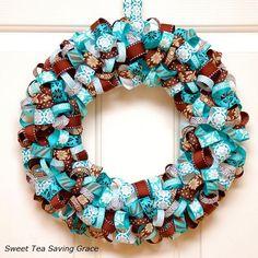 Corona de Navidad de cintas decorat¡vas de Sweet Tea Saving Grace