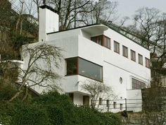 Stucco Homes: The Pros and Cons of a Stucco Exterior Stucco Exterior, Stucco Homes, Exterior Paint, White Stucco House, International Style Architecture, B Architecture, Walter Gropius, Streamline Moderne, Art Deco Buildings