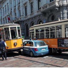 Un'auto della polizia incastrata tra due tram in piazza della Scala #Milano