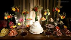 uma mesa de doces bem colorida! =D