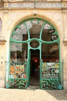 Me ha llamado la atencion esta fachada ya que parece antigua pero esta muy cuidada   French store front in new and old Art Nouveau
